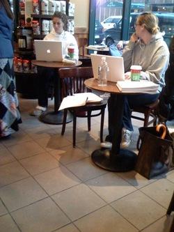 Starbucks lleno de MacBooks